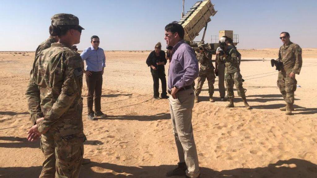 وزير الدفاع الأمريكي مارك إسبر يتحدث مع جنود أمريكيين أمام بطارية صواريخ باتريوت في قاعدة الأمير سلطان الجوية في السعودية