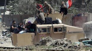 القرات العراقية تنقل عائلات هاربة من الموصل 24-06-2017