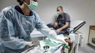 """ممرضة من """" أطباء بلا حدود"""" تعالج أحد المرضى في مستشفى """"بر الياس"""" في البقاع اللبناني(21 تموز/ يوليو 2020)"""
