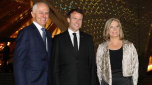 الرئيس الفرنسي إيمانويل ماكرون يتوسط رئيس الوزراء الأسترالي مالكولم ترنبول وزوجته لوسي ترنبول أمام دار الأوبرا في سيدني يوم 1 مايو 2018