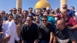 أعضاء منتخب المملكة العربية السعودية لكرة القدم أمام قبة الصخرة في القدس-