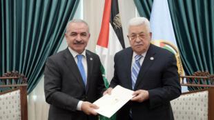 محمد اشتية يتسلم رسالة تعيين لتشكيل حكومة فلسطينية جديدة من الرئيس محمود عباس