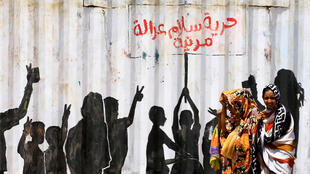 فتيات مشاركات في تظاهرات بالعاصمة السودانية الخرطوم لتحقيق مطالب الانتفاضة الشعبية