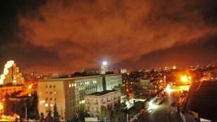 """صورة من الموقع الالكتروني لوكالة الانباء السورية الرسمية """"سانا"""" في 14 نيسان/ابريل 2018 تظهر انفجارات خلال الضربة العسكرية الغربية قرب دمشق"""