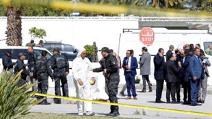 وحدات التدخل الأمنية في مكان  التفجير الانتحاري قرب السفارة الامريكية في تونس