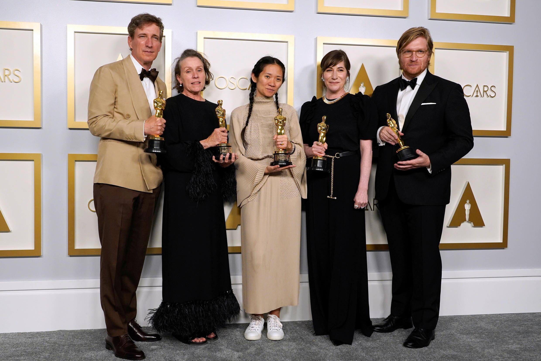"""بيتر سبيرز، فرانسيس مكدورماند، كلوي جاو، مولي آشر ودان جانفي، الفائزون بجائزة أفضل لفيلم """"Nomadland""""، في حفل توزيع جوائز الأوسكار 2021"""