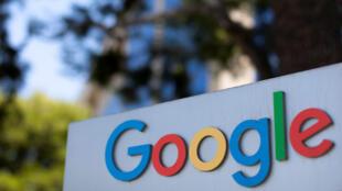 أمام أحد مقرات غوغل في كاليفورنيا