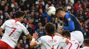 الفرنسي أوليفييه جيرو يسجل بالرأس هدف منتخب فرنسا أمام تركيا يوم 14 أكتوبر 2019