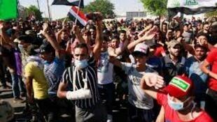 محتجون خلال مسيرة في بغداد - العراق