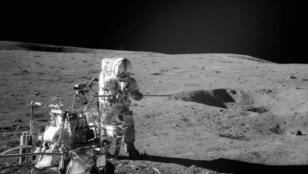 رائد فضاء على سطح القمر-