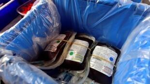 عبوات دم مخزنة في صندوق في مركز طبي بفرنسا