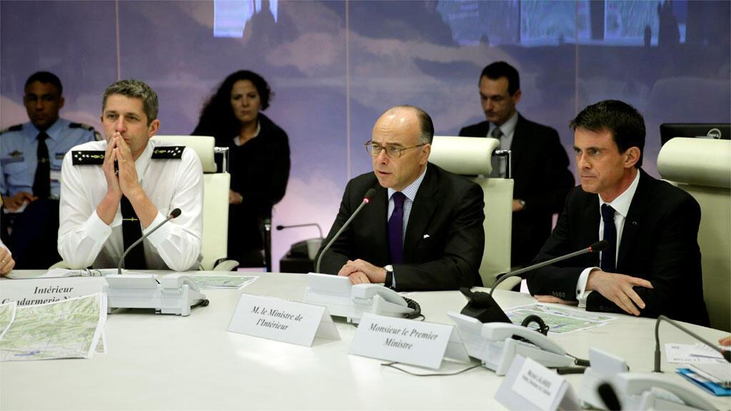 وزير داخلية فرنسا كازنوف في اجتماع  لبحث أسباب حادثة إيرباص A320