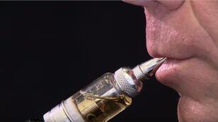 رجل يدخن سيجارة إلكترونية-