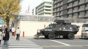 أمام السفارة الأمريكية في سيول