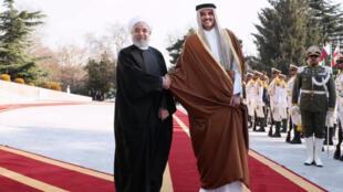 أمير قطر الشيخ تميم بن حمد آل ثاني يصافح الرئيس الإيراني حسن روحاني خلال زيارة لطهران يوم الأحد 12 يناير 2020