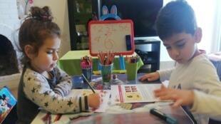 أطفال في صفوف الروضة يدرسون في البيت، لبنان