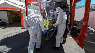 سيارة إسعاف تحمل مريضا الى مستشفى مدينة مونبولييه جنوب فرنسا