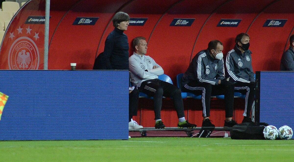 يواكيم لوف ( الأخير على اليسار) مع أعضاء الطاقم الفني لمنتخب ألمانيا خلال المباراة أمام إسبانيا مساء 17 نوفمبر 2020