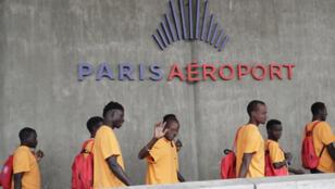بعض اللاجئين في مطار رواسي شارل ديغول