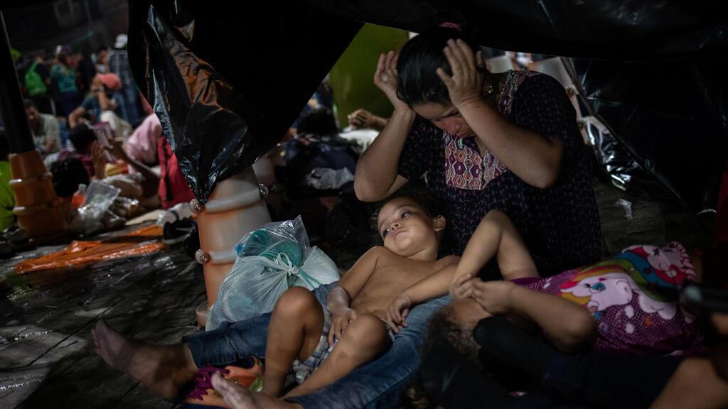 مهاجرون هندوراس يستريحون قبل مواصلة سيرهم