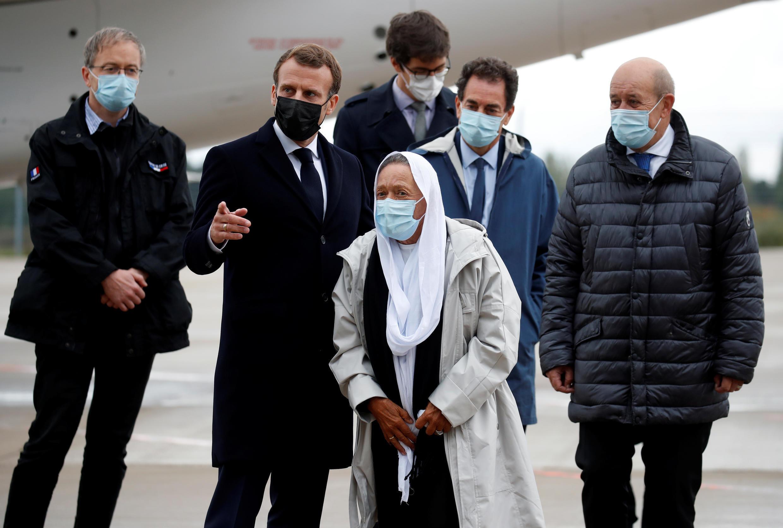 ماكرون يستقبل في باريس الرهينة صوفي بترونان