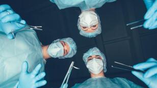 أطباء خلال عملية جراحية-