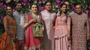 Reuters Staff  دقائق للقراءة 1  صورة للملياردير الهندي موكيش أمباني (على اليمين في الصورة) وأفراد عائلته أثناء زفاف ابنه أكاش (في وسط الصورة) في مومباي في الهند يوم 9/03/2019