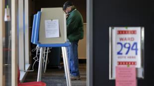 ناخب أمريكي يدلي بصوته في ولاية ويسكنسن 05-04-2016