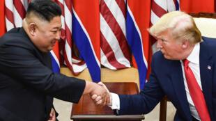 زعيم كوريا الشمالية كيم جونغ أون  والرئيس الأمريكي دونالد ترامب يصافحان  على الجانب الجنوبي من الكوريتين