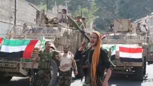 مواطنون يدفنون مقاتلا حوثيا في العاصمة اليمنية صنعاء 4 نوفمبر 2015.
