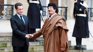 الرئيس الفرنسي السابق نيكولا ساركوزي يستقبل معمر القذافي أمام قصر الإليزيه عام 2007