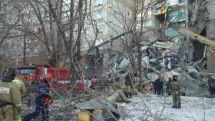 المبنى المنهار في روسيا تحواطه فرق الانقاذ