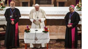 البابا فرانسيس  يلتقي بأعضاء من رجال الدين في كاتدرائية القديس بطرس الرومانية الكاثوليكية في العاصمة المغربية الرباط في 31 مارس
