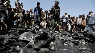 يمنيون يتحلقون حول حطام طائرة دون طيار