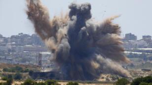 تظهر صورة مأخوذة من قرية نتيف هاسارا بجنوب إسرائيل انفجارًا نتج عن غارة جوية عبر قطاع غزة في 4 مايو 2019.