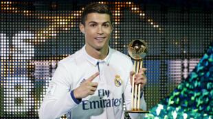 كريستيانو رونالدو ريال مع كأس الكرة الذهبية إثر احراز ريال مدريد لقب كأس العالم للأندية