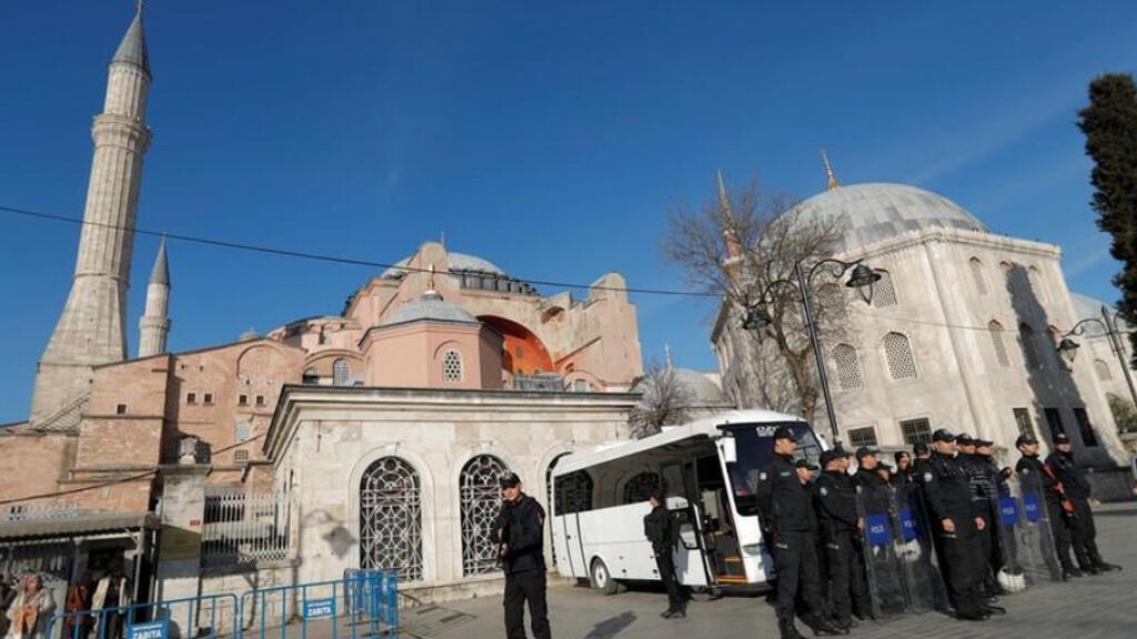 أفراد شرطة أمام متحف آيا صوفيا في اسطنبول