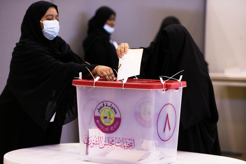 النساء يدلين بأصواتهن فس انتخابات قطر