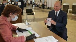 الرئيس الروسي فلاديمير بوتين يدلي بصوته في الانتخابات الروسية
