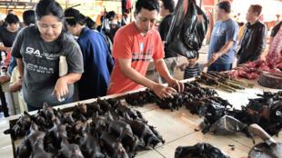 صورة لبائع يرتب لحم الخفافيش في سوق تموهون في إندونيسيا