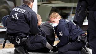 الشرطة الألمانية تلقي القبض على شخص ( صورة تعبيرية)