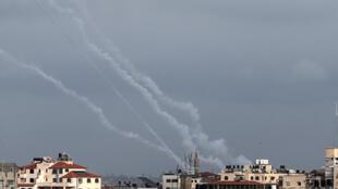 آثار دخان لصواريخ أطلقها نشطاء من حركة الجهاد الإسلامي على إسرائيل في 24 فبراير/ شباط 2020