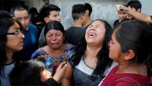 إمرأة من جواتيمالا تبكي بعد ترحيلها من الولايات المتحدة بدون إبنتها بعد فصلهما عن بعضهما عند الحدود الأمريكية